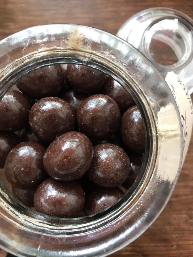 Ķirši tumšajā šokolādē ar balzamu un rudzu rīvmaizi 50g
